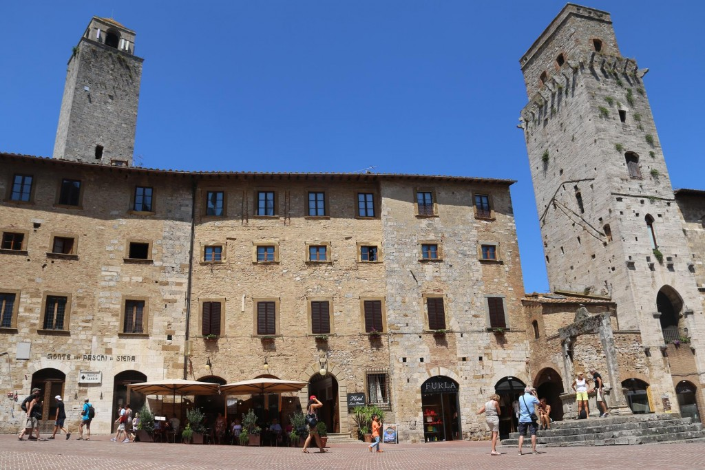A few well shaded restaurants can be found in each of the small piazzas