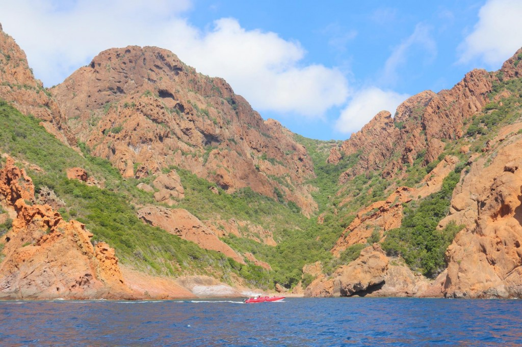 The mountains and ravines of Golfe de Girolata make the access to the village mostly by boat
