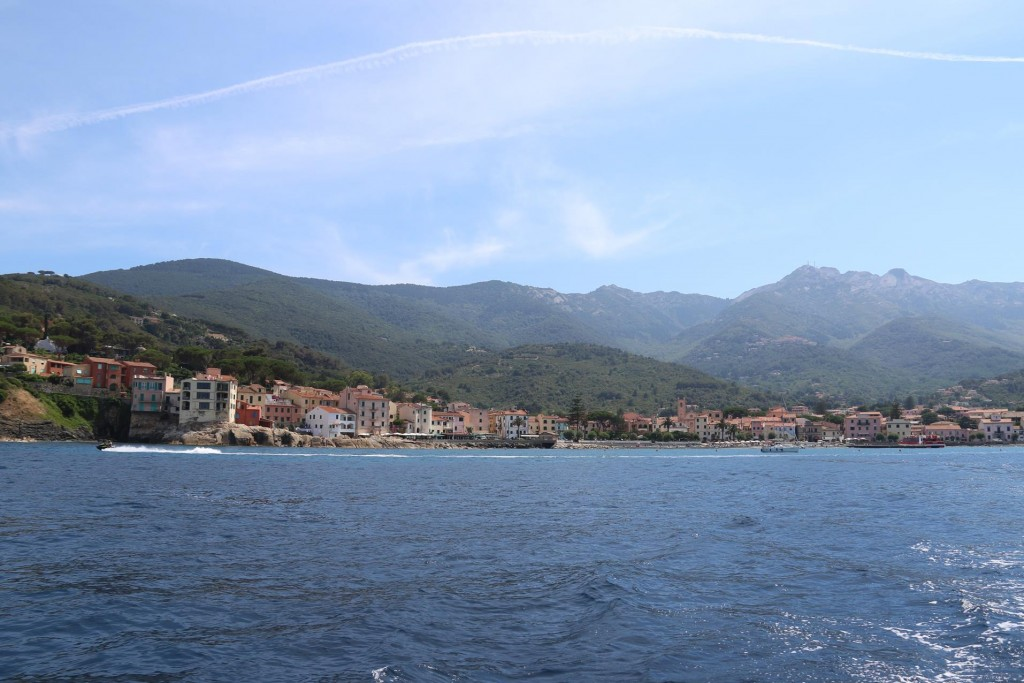 Once the phone issues were sorted we left the port to find a nice anchorage nearby for swimming and anchoring overnight