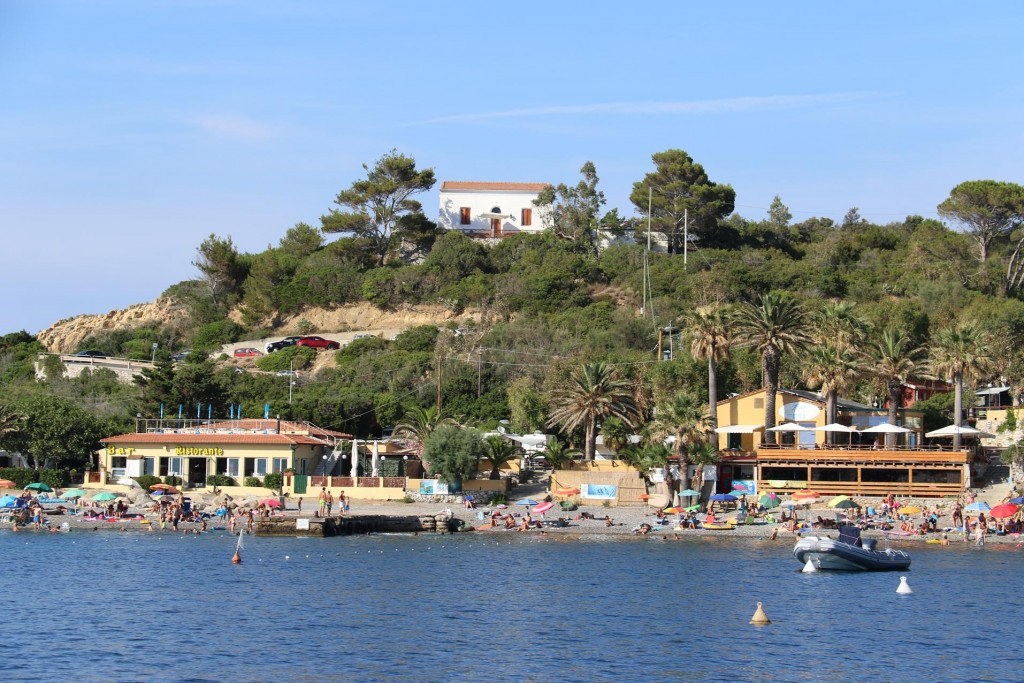 It is a popular beach with a bar and restaurants