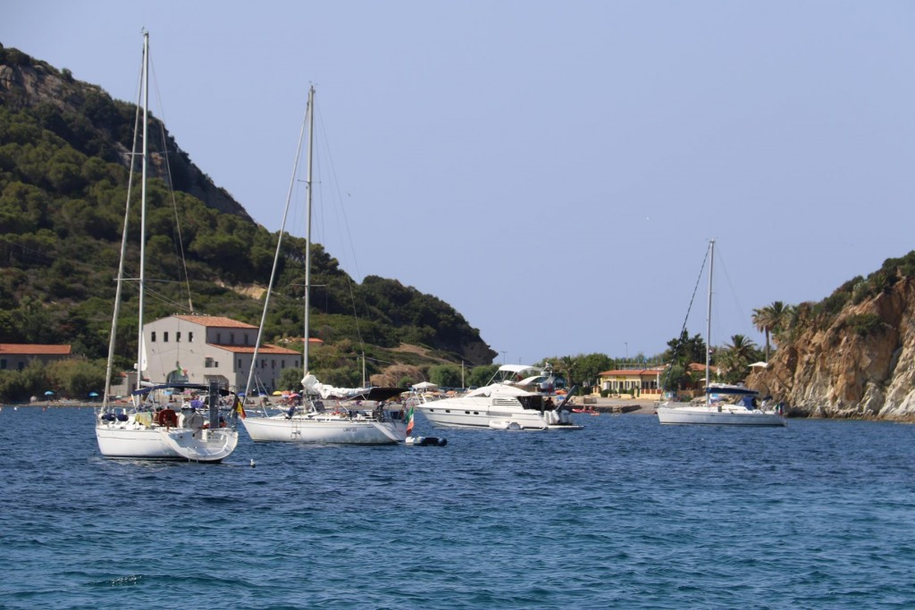 The small bay with the beach at the top of Golfo di Viticcio is always quite busy