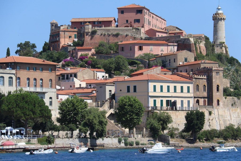 As we have to return to Portoferraio in a couple of days to get some work done on the Tangaroa we decide to go to Azzurro on the for the west coast for a day or so