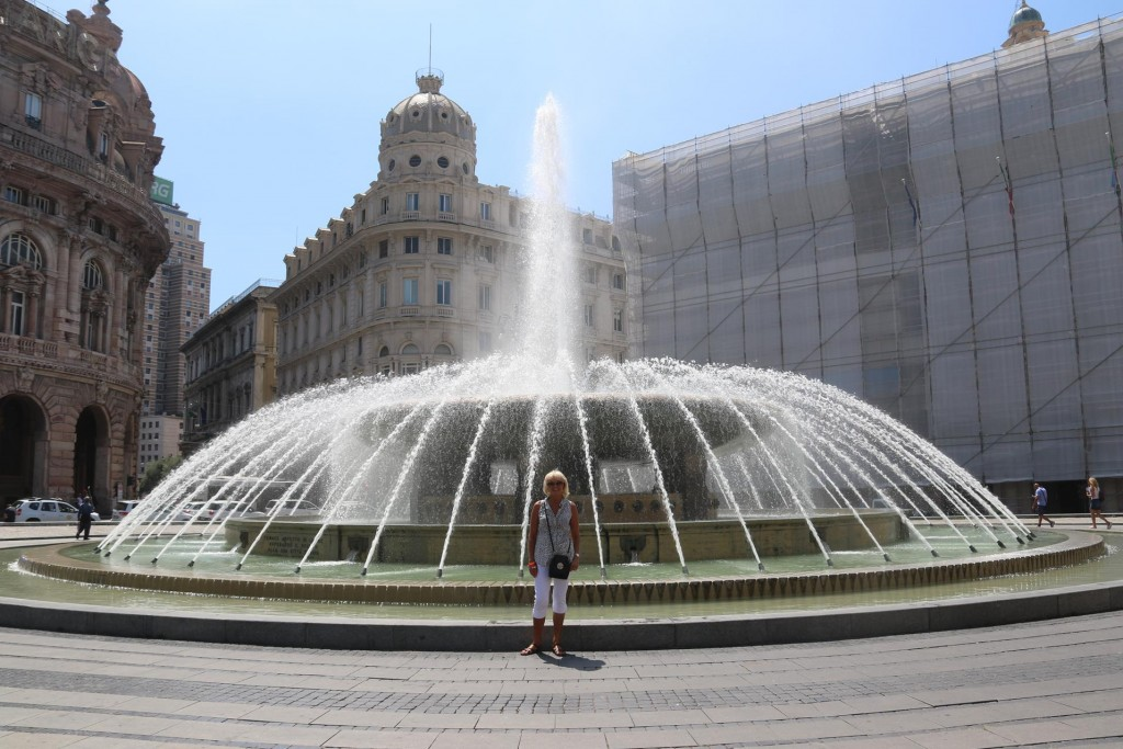 The large, well photographed fountain of Piazza de Ferrari