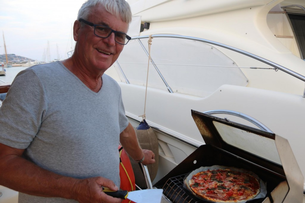 Ric decides to cook us a nice pizza in the barbecue for dinner tonight