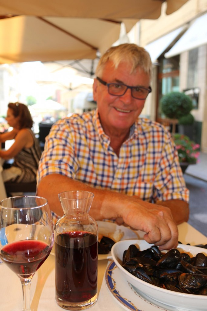 Ric orders a local carafe of Chianti