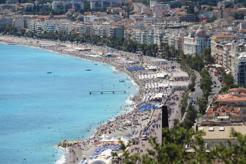 The famous pebbly beach which stretches for many kms along the foreshore of Nice, has been very crowded during the hot weather of recent weeks