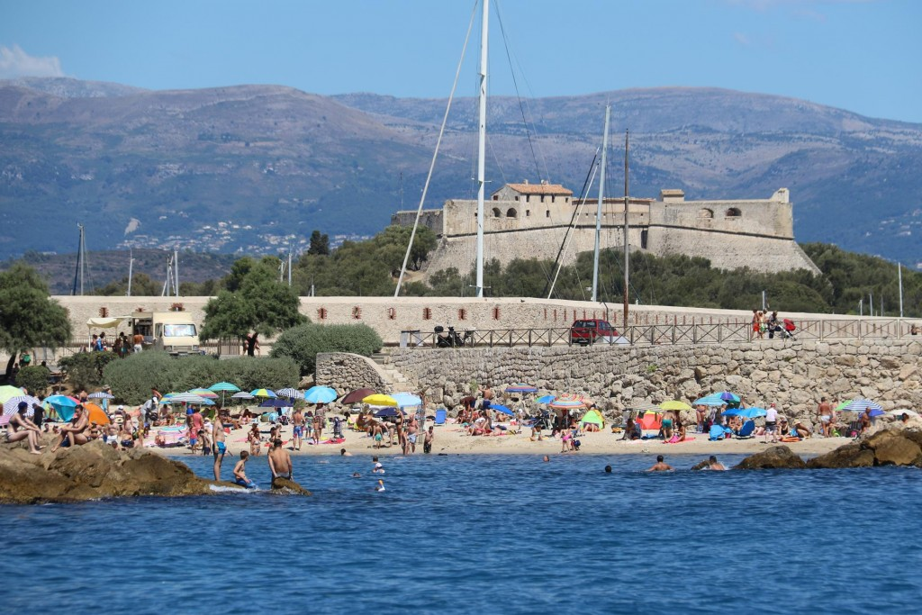 Next to the town is a small beach which is very popular in today's heat