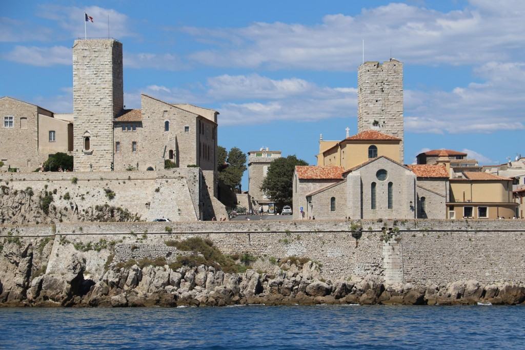 Antibes is a very ancient old site which was founded by the Greeks in 680 BC. Traces of remains of the iron age have been discovered in the old town