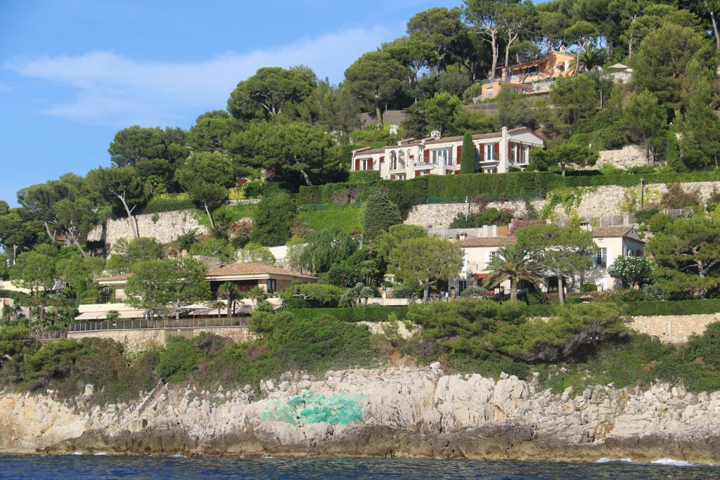 Entering the large bay one cannot help notice the beautiful villas overlooking the harbour