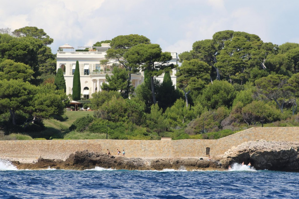 Stunning villas which can only be seen from the water are dotted in low lying wooded areas along the coast