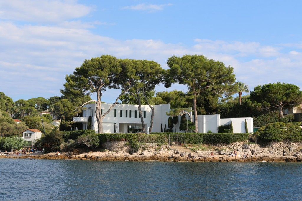 We admired the attractive villa on the shore by our mooring