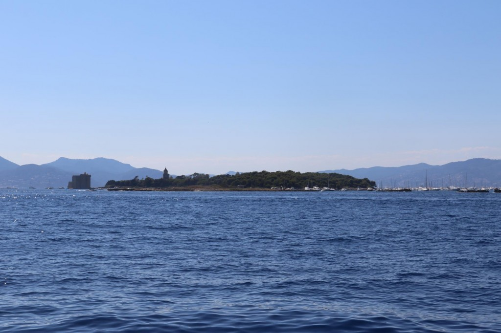We decide to circumnavigate the islands as we had not been to the south of Ile Ste Honorat by boat