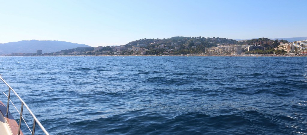 We decide to continue around the Golfe de la Napoule for an anchorage where we can drop the anchor