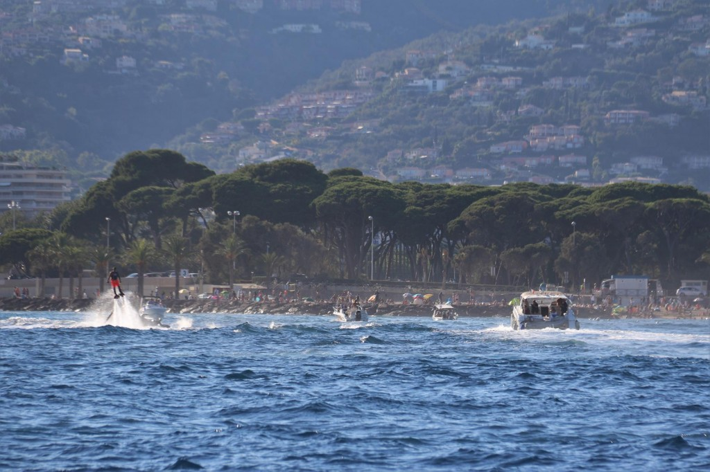 We couldn't believe how busy it was in the bay with boats coming and going at high speed, jet skis and people hydro flying