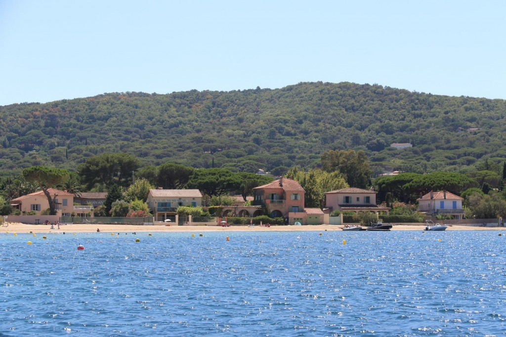 We drop our anchor beside a nice quiet beach in the southern part of Golfe de St Tropez