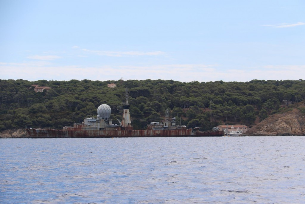 In Port de L'Avis a ship wreck shelters the small port