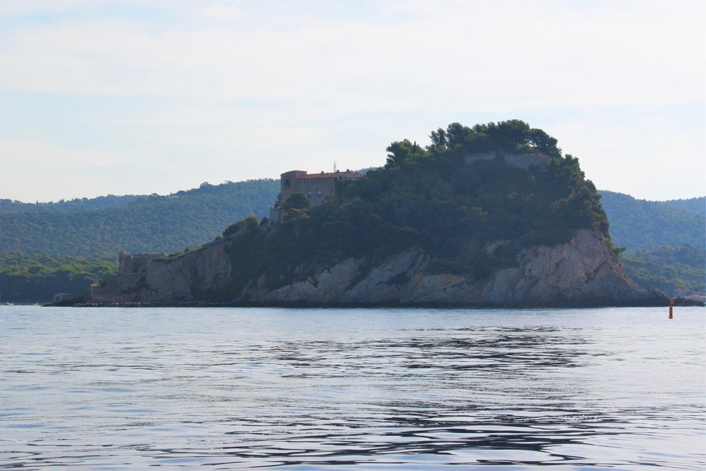 The cape with a prominent fort called Fort Bregancon is actually an islet and is attached by an low isthmus