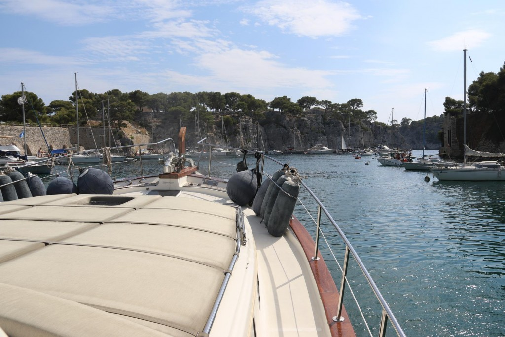 We turn around in the narrow calanque and return to the entrance
