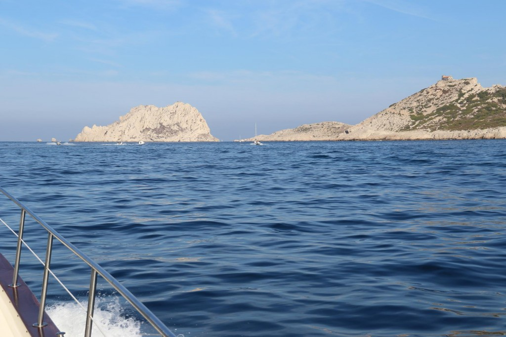 Ahead we see the  narrow passage between Ile Maire  and Cap Croisette