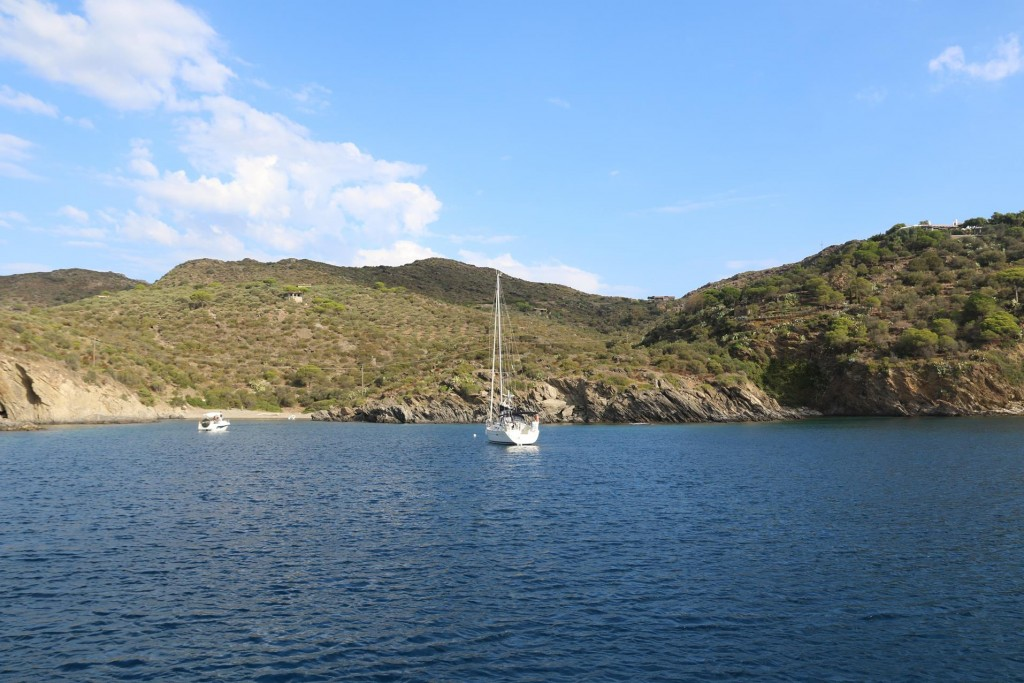 This morning we pull up our anchor and leave the beautiful bay, Cala Guillola