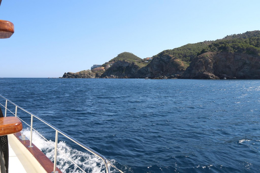 After dropping the anchor and a swim we continue further along the coast