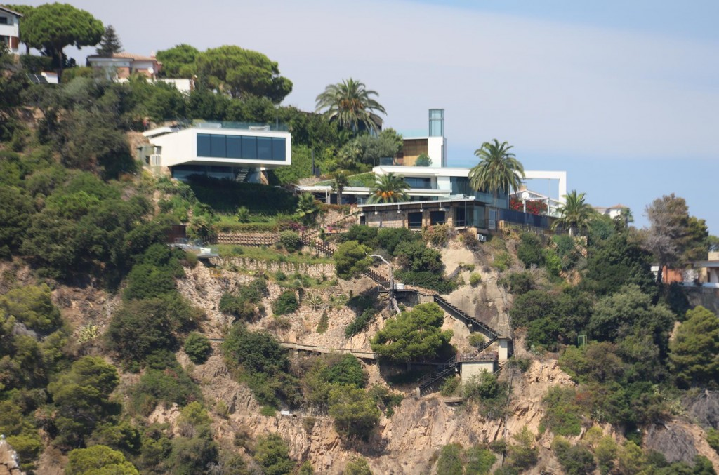 Continuing on we pass many modern luxurious houses perched precariously on hillsides