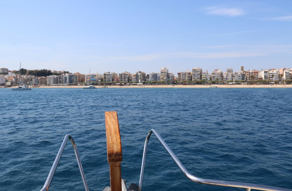 With the conditions very favorable we decide to anchor off the beach with a couple of other visiting yachts