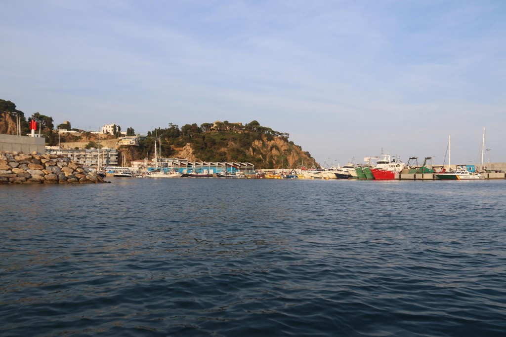 After a pleasant day of swimming and relaxing moored off the town of Blanes, late afternoon we take the dinghy and head into the main port to go ashore into the town