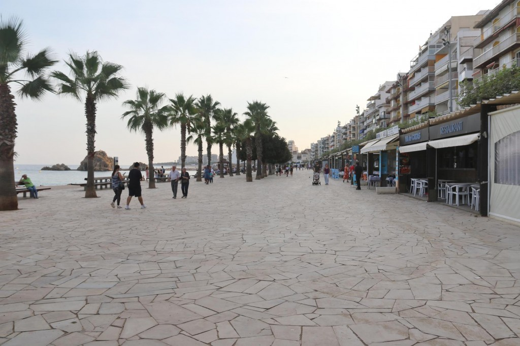 The promenade by the beach was still very quiet before the evening crowd arrives
