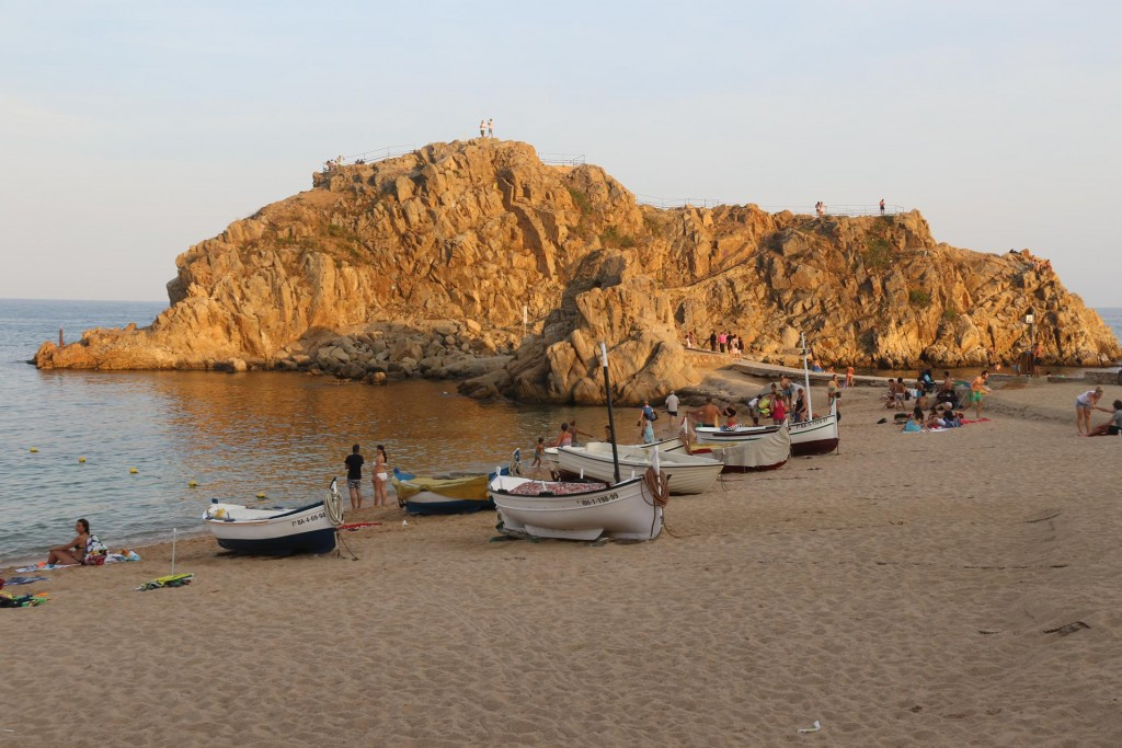 Sa Palomera the rock formation off the beach is a popular spot to climb and enjpy the view over the beach and town