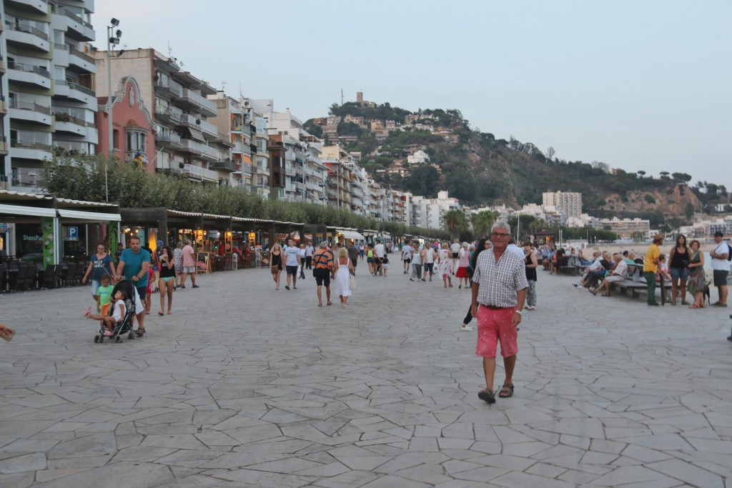 We head back to find a restaurant along the promenade