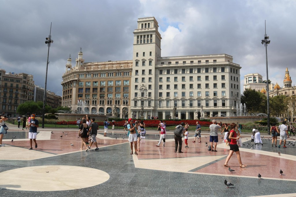 We then ride to the Placa de Catalunya which is a wonderful open space, north of the port, surrounded by business houses with plenty of pigeons to feed!!